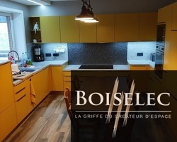 Cuisine en finition Laqué jaune satiné, plan de travail bois béton, carrelage au sol de chez Carro Martin
