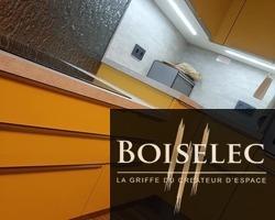 Cuisine en finition Laqué jaune satiné, plan de travail bois béton, crédence en verre de chez Kopper Glass, poignée contour finition inox