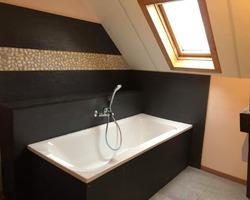 Remplacement de la baignoire par une nouvelle baignoire, nouvelle robinetterie ainsi qu'un habillage autour de la baignoire avec des panneaux Touch et une frise de galets