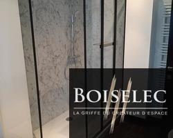 Paroi de douche type verrière de chez Jacob Delafon et panneaux de douche de chez Nuance finition Turin Marble